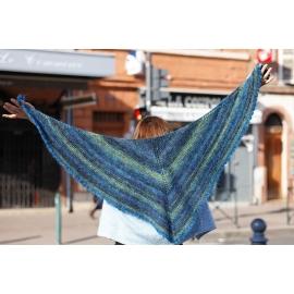Dans le bleu - châle tricoté avec bordure au crochet